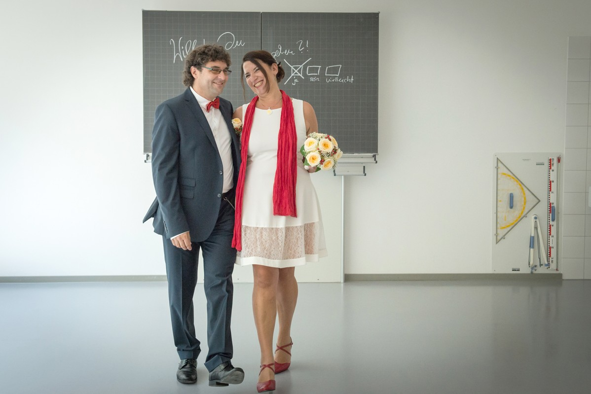 Hochzeitspaar in einem Klassenzimmer