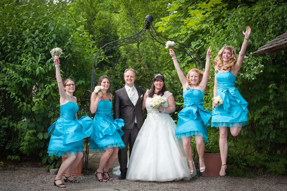 Brautjungfern mit dem Brautpaar fotografiert