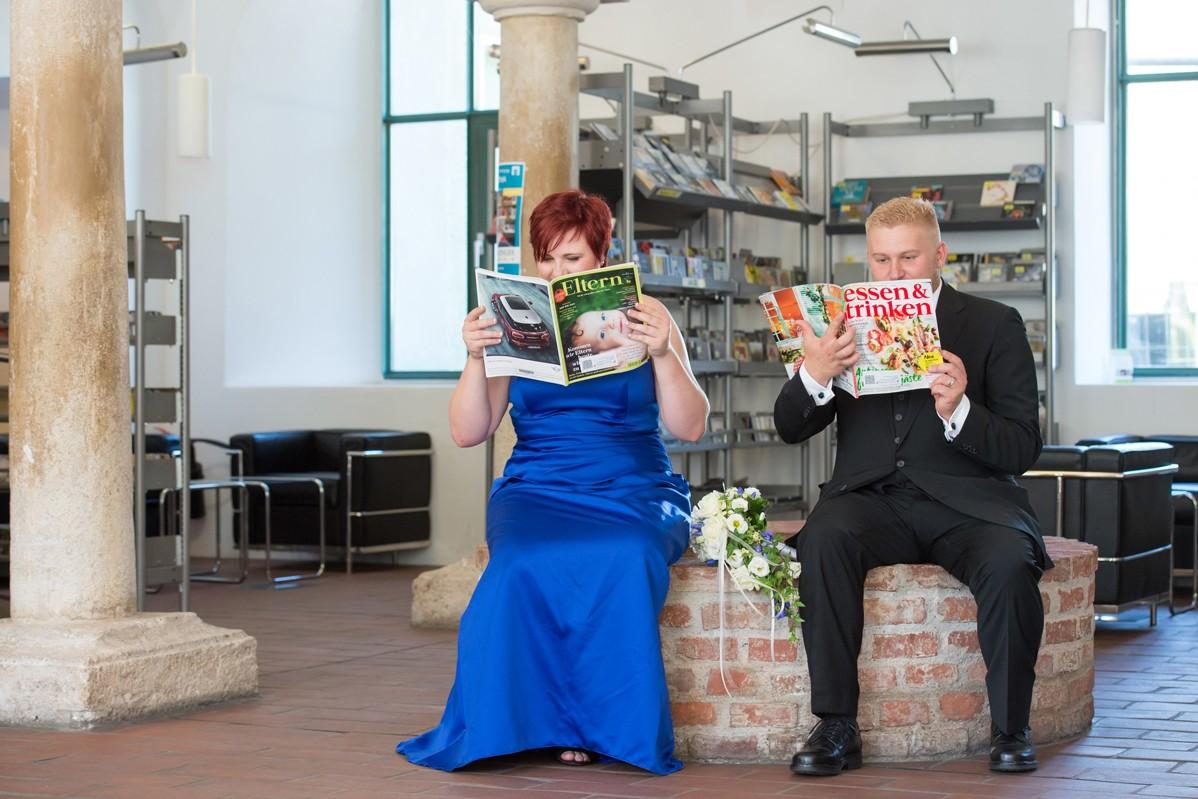 Brautleute im Bücherei