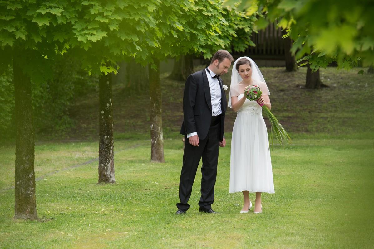 Brautpaar wartet auf den Fotografen