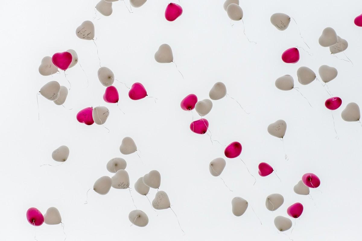 Herzluftballons fliegen über ffb